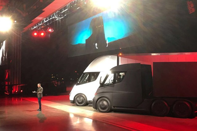 Илон Маск представил электрогрузовики Tesla Semi