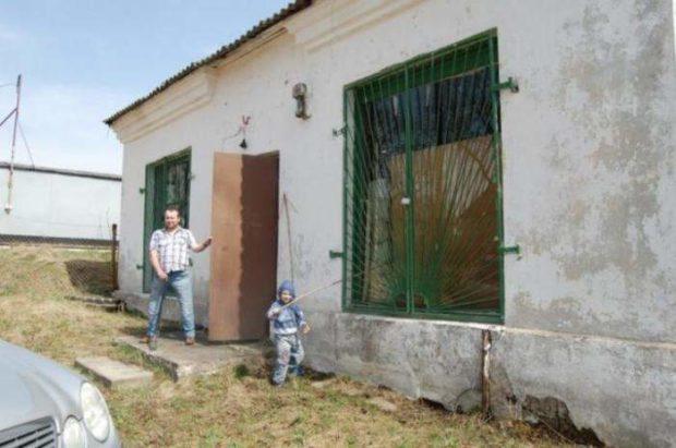 Колясочник превратил старый магазин в уютный дом