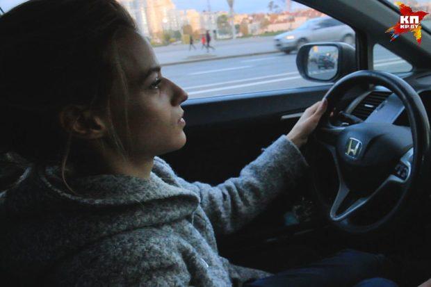 Машина спасает девушку от больших неудобств в общественном транспорте