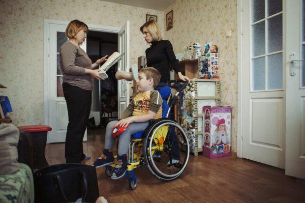 Таня Шевко  объясняет родителям, как правильно пользоваться оборудованием исредствами реабилитации