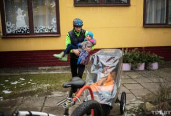 Зимой на велосипеде возит дочку с ДЦП на учебу