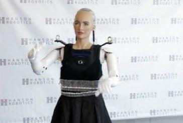 Робот София встала на ноги