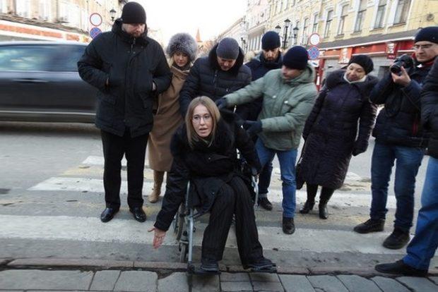 Собчак проехала по центру Саратова в инвалидной коляске