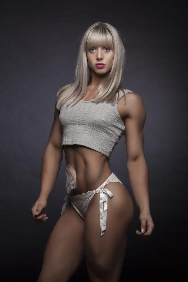 В международном конкурсе бикини-моделей победила девушка с калоприёмником