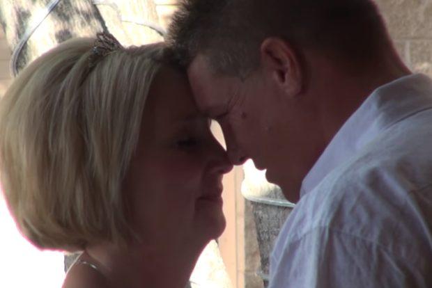 Она выходила замуж за инвалида, и во время обмена подарками он преподнес ей самый необычный сюрприз!