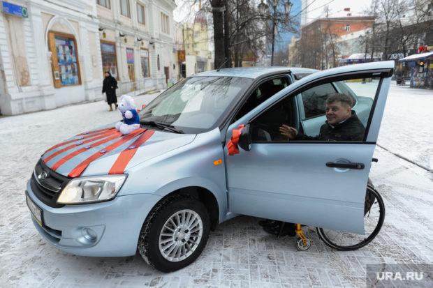 Подаренная инвалиду-колясочнику Андрею Белобородову (на фото) машина стала поводом для голодовки