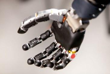 Тест бионической руки, управляемой силой мысли