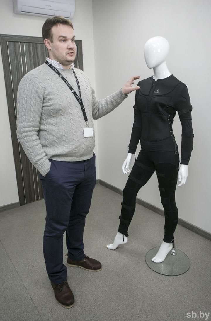 VR Одежды юношей пленяют