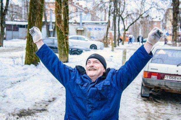 Волонтёры помогли Сергею выбраться из квартиры на свежий воздух