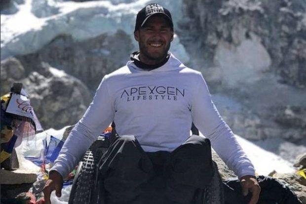 Колясочник впервые самостоятельно покорил Эверест