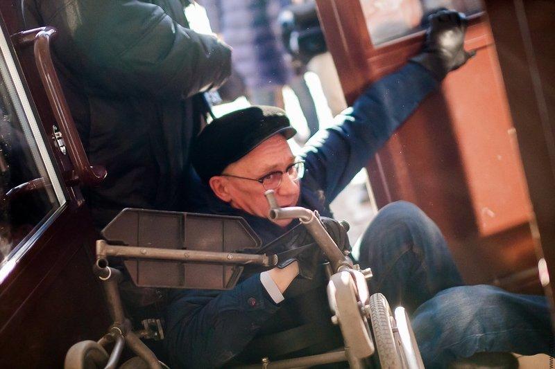 Депутат упал с коляски, пытаясь заехать в здание вокзала