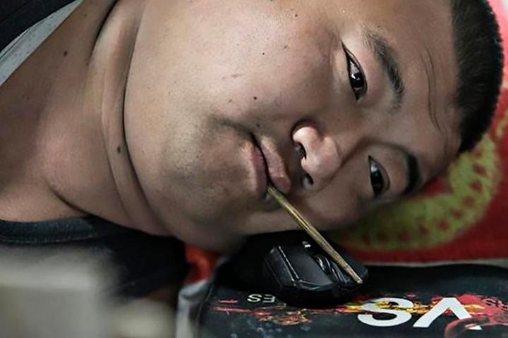 Китайский стример-инвалид научился играть ртом