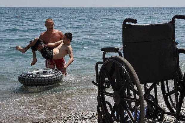 Родители детей-инвалидов просят удвоить пособие по уходу