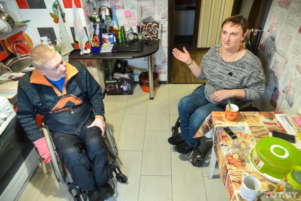 Инвалиды-колясочники супруги Лилия и Яков Ломоносовы