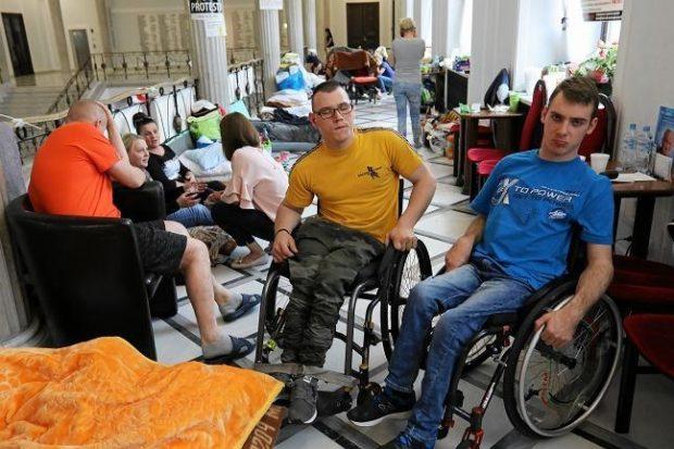 Дети с инвалидностью 40 дней протестовали в польском Сейме