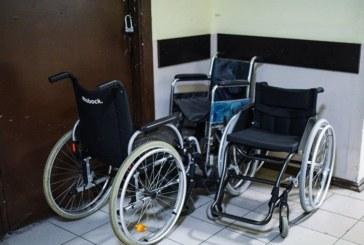 Владелец веломагазина бесплатно меняет покрышки колясочникам
