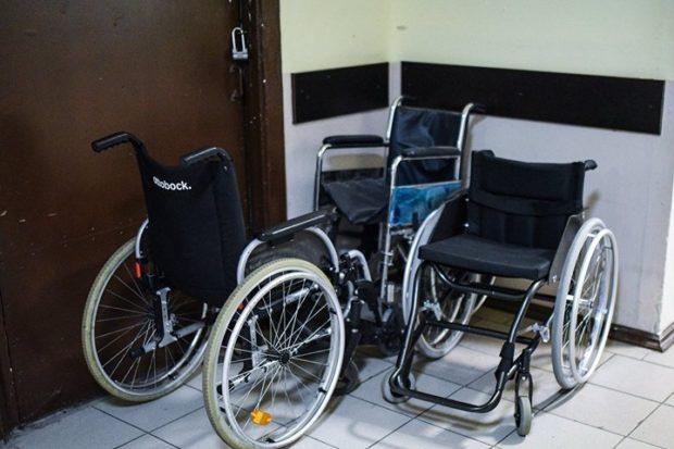В Речице владелец веломагазина бесплатно меняет покрышки колясочникам
