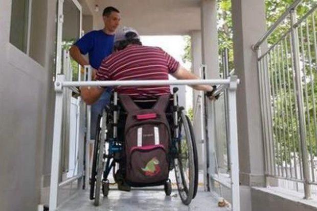 Инвалид-колясочник протестировал подъемные механизмы в новой музыкальной школе в Севастополе