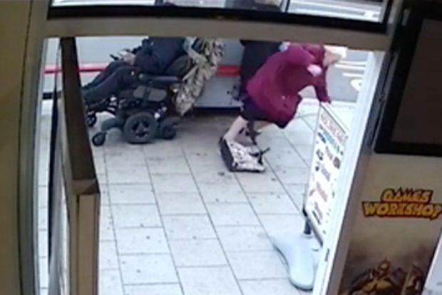 Электроколясочник сбил двух старушек и скрылся