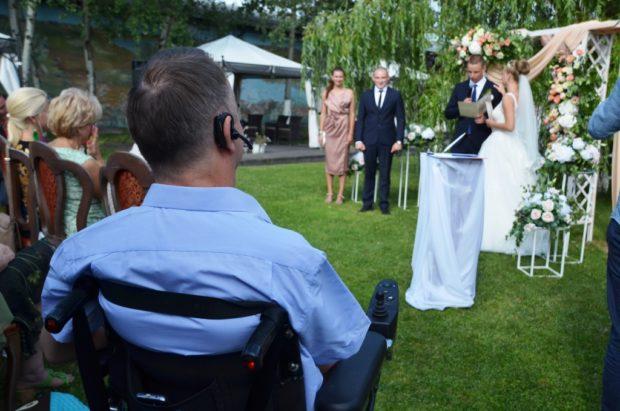 Вечером Роману нужно было попасть на свадьбу племянницы