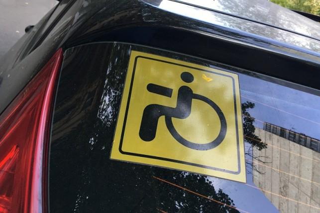 Кто может наклеить знак инвалида на машину