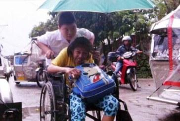 Заботится о матери и даже возит её с собой в школу
