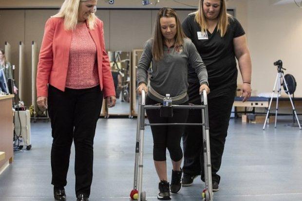 Парализованные люди смогут ходить благодаря стимулятору боли