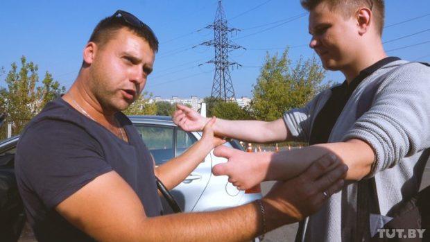 Покажи руку,— скомандовал Евгению старший мастер автошколы Сергей Арбузов
