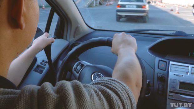 При вождении авто сручным управлением левая рука Евгения лежит нарычаге «газ-тормоз», правая— крутит руль ипереключает передачи