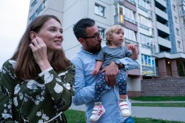 «В Беларуси Веру вылечить не могут, но официально этого не говорят». Как молодая семья пытается спасти дочь с редким заболеванием