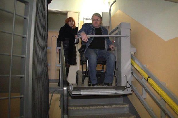 Инвалид-колясочник из Костромы добился установки пандуса в своем подъезде