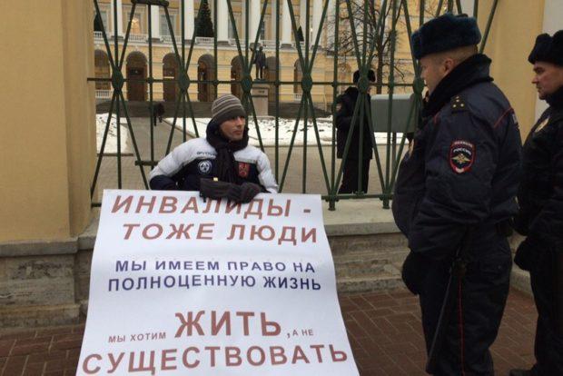 Инвалид-колясочник из Петербурга объявил голодовку из-за недоступности городской среды