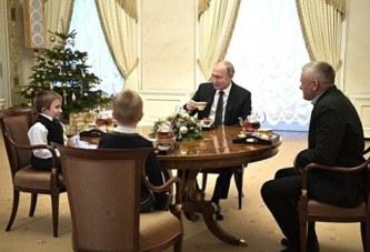 Путин покатал мальчика на вертолете