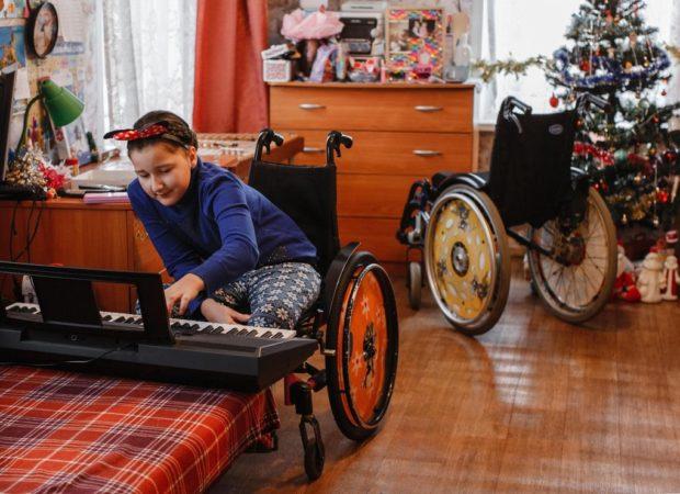 У Катюши две коляски: та, что поменьше— домашняя, побольше— прогулочная
