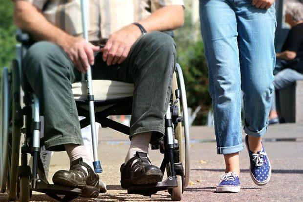 Ухаживающие за инвалидами в Подмосковье люди смогут получать пособие с 2019 года