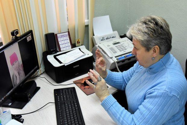 Переводчику жестового языка Елене Костенко вначале приходится успокаивать разволновавшихся клиентов