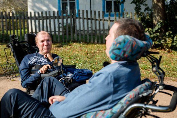 «Обниматься не будем». Как встретились парализованные друзья Саша и Витя