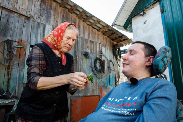 Мама Вити Клавдия Степановна угощает Сашу петрушкой ссобственного огорода