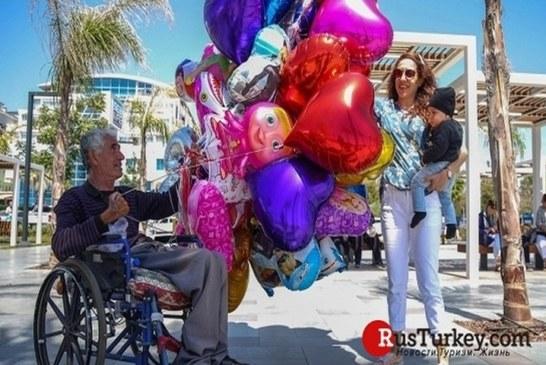 В Анталии колясочник продаёт воздушные шары