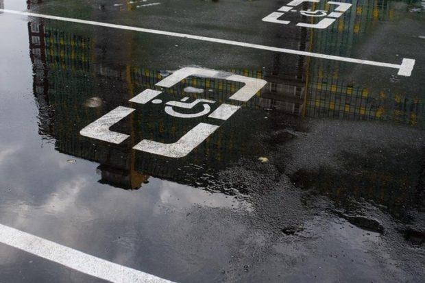 Власти Петербурга позволили инвалидам парковаться на платных стоянках без разрешений