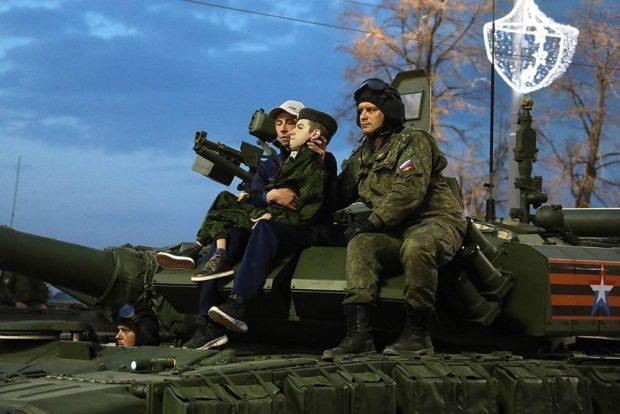 Максим, исполнил мечту и покатался на танке