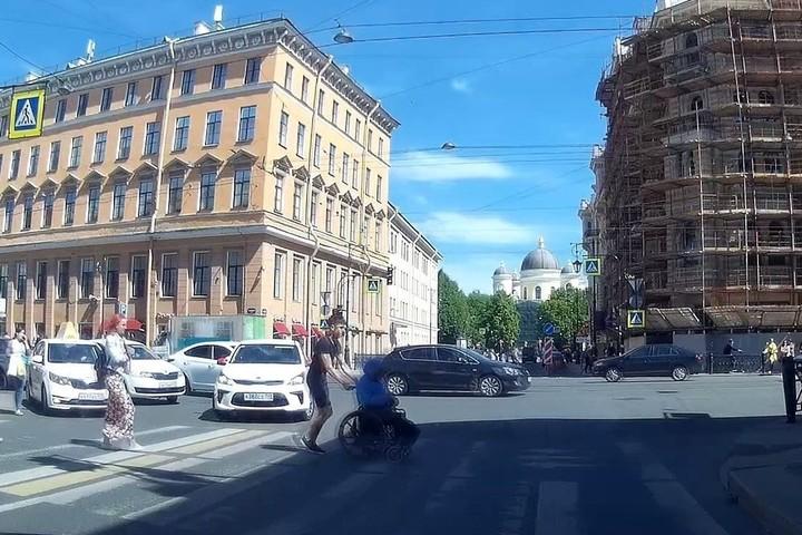 Таксист помог перейти дорогу колясочнику