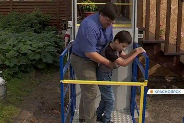 Автоматический подъемник для ребенка-инвалида установили в Красноярске