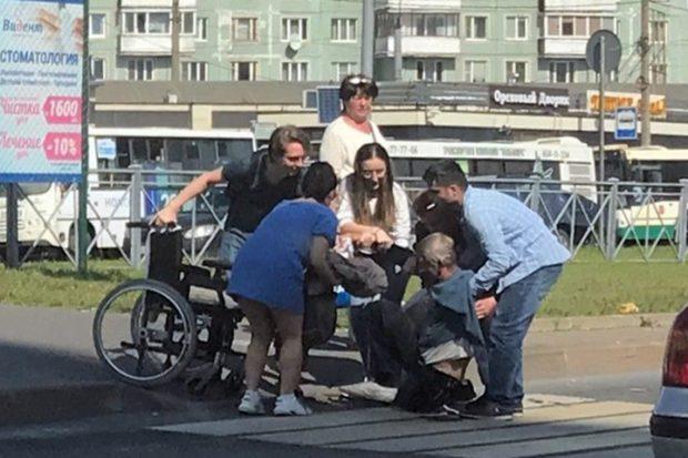 Выпал из коляски на проезжую часть