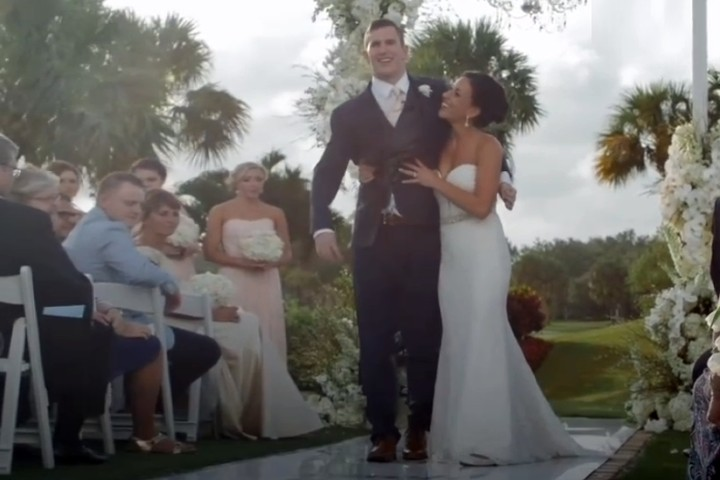 Крис подвел невесту к алтарю