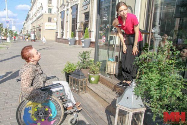 Доступность летних кафе в центре Минска человеку в инвалидной коляске
