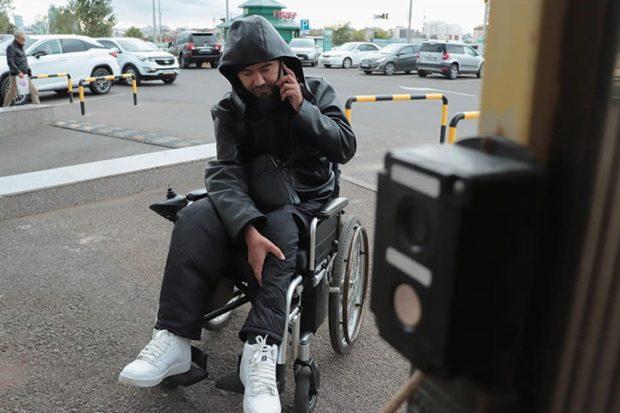 Инвалид сломал ногу на подъемнике центра госуслуг в Нур-Султане