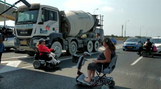 Люди с инвалидностью перекрыли прибрежное шоссе
