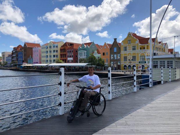 Кюрасао – самый большой остров Нидерландских Антил и одноимённое самоуправляемое государственное образование, расположенное на юге Карибского моря вблизи берегов Венесуэл