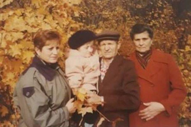 Оля с мамой, дедушкой и бабушкой